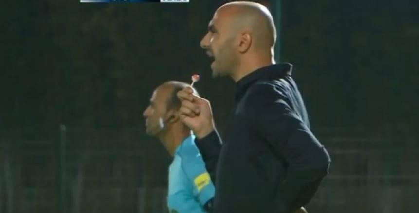 """مدرب الفتح الرباطي يظهر بـ""""مصاصة"""" في مباراة اتحاد طنجة بالدوري المغربي"""
