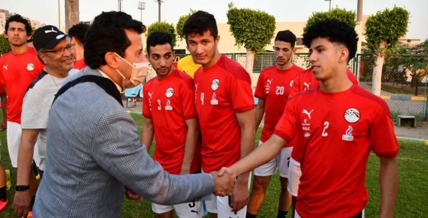 زيارة أشرف صبحي لتدريب المنتخب الأولمبي لكرة القدم قبل السفر إلى اليابان