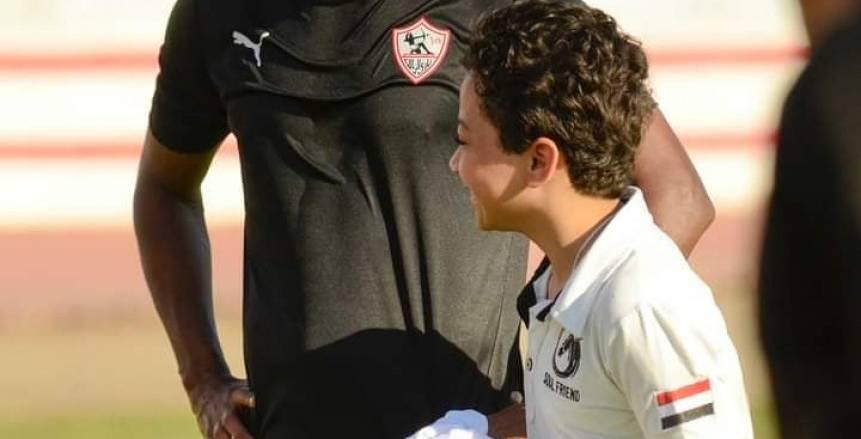 لقطة رائعة.. لاعبو وجهاز الزمالك يستقبلون الطفل «سامح» محارب السرطان