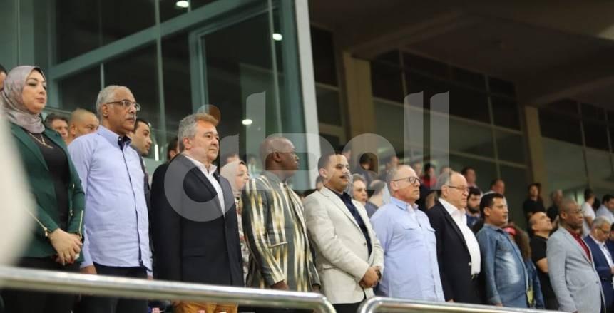 بالصور  هاني أبوريدة وجمال علام يساندان مصر أمام غينيا بمدرجات برج العرب
