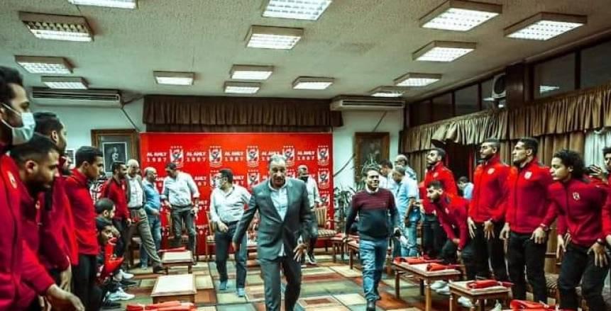 الخطيب يكرم فريق رجال كرة اليد بالأهلي بعد حصد لقب كأس مصر «صور»