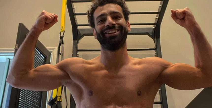 محمد صلاح يستعرض عضلات بطنه في صورة جديدة