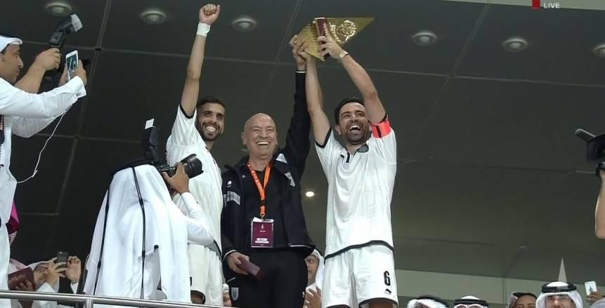 بالصور| بعد هييرو وراؤول .. تشافي يحمل كأس أمير قطر