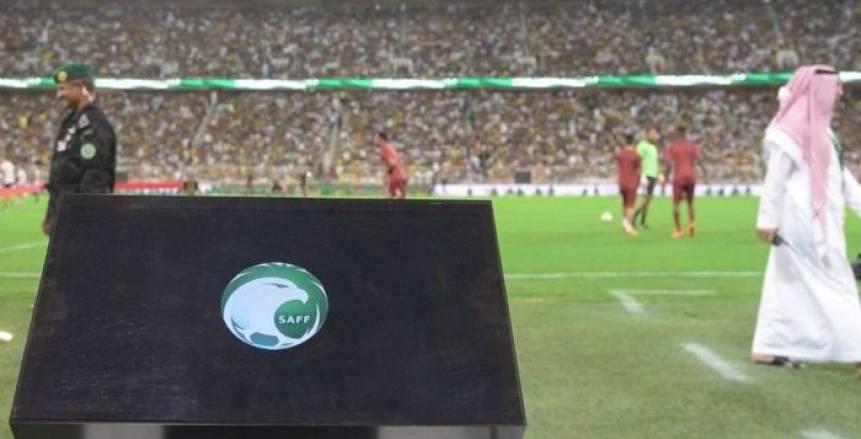 """عامل يفصل تقنية """"VAR"""" لشحن هاتفه في الدوري السعودي"""