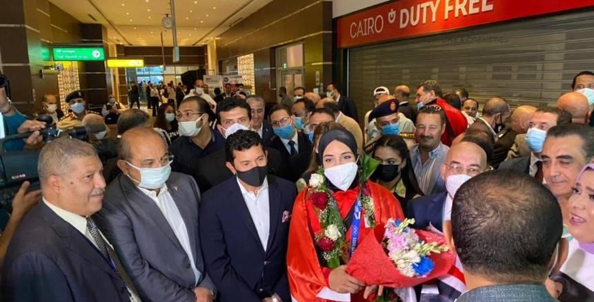 وصول فريال أشرف وأحمد الجندي إلى مطار القاهرة رفقة وزير الرياضة