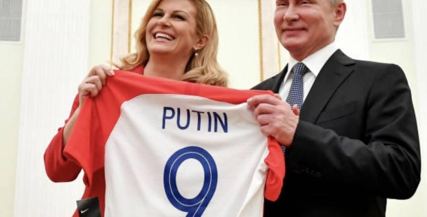 بالصور| رئيسة كرواتيا تصل روسيا وتهدي «بوتين» قميص الفريق