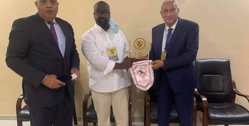 الزمالك يهدي درع النادي لرئيس تونجيت السنغالي «صور»